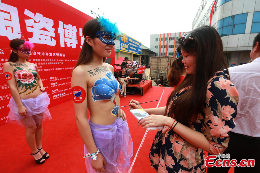 Body painting show staged in C China city (1/5) - Headlines, features ...