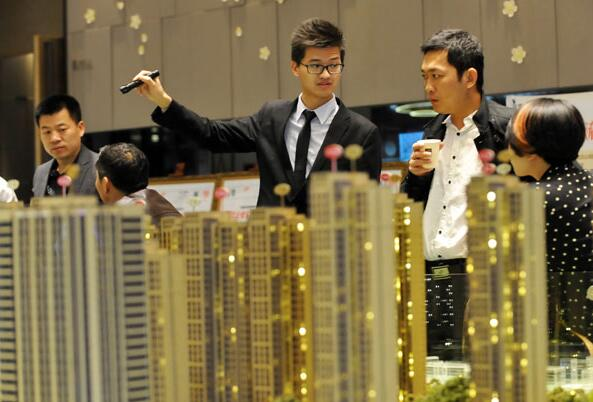 A salesman introduces a property project in Wuhan, Hubei province. (Photo by Miao Jian/For China Daily)