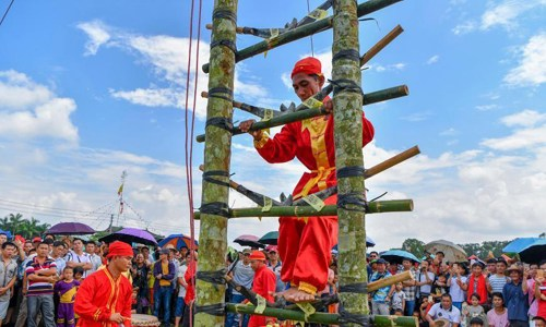Knife-ladder climbing stuns visitors