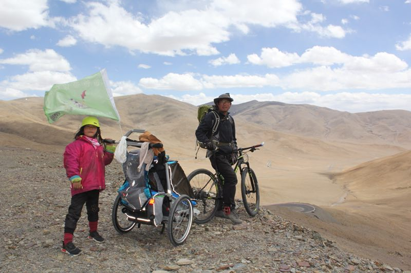 Father and 4-year-old daughter cycle across China